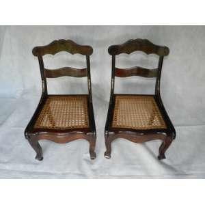 Par de cadeiras anãs,de madeira com assento de palha, altura 59cm, largura 37cm, 36cm de comprimento.