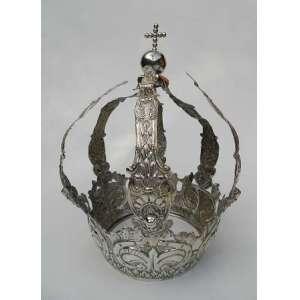 Coroa de prata de lei, repuxada e cinzelada, altura 28cm e 21cm de diâmetro.(no estado, sem contraste).