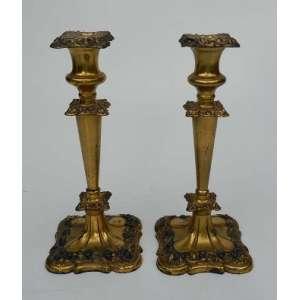 Par de castiçais de prata inglesa com vermeil, altura 26 cm, base de 11 cm por 11 cm.