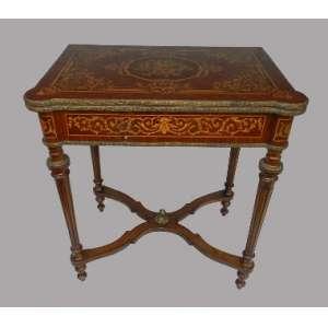 Mesa de jogo marchetada com aplicações em bronze, altura 77cm, largura 45 cm e 70 cm de comprimento.