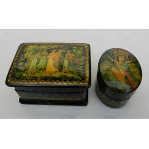Duas pequenas caixas laqueadas sendo uma retangular e outra oval, com cenas de fábulas nas tampas.Rússia. retangular com 6.5 x 5 x 4 cm e oval com 4.5 x 3.5 x 3 cm