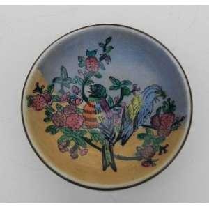 Pequeno prato decorativo de porcelana chinesa, com pintura de pássaros, em suporte de latão polido. diâmetro 10 cm.