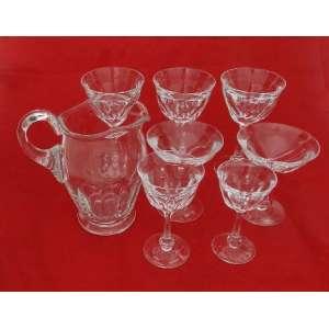 Jogo de copos de cristal Moser com 73 peças sendo 12 copos de vinho tinto, 12 copos de vinho branco, 12 copos de água, 12 cálices de vinho do porto, 12 cálices de licor e uma jarra.
