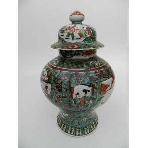 Potiche de porcelana oriental, com pintura à mão, representando cenas do cotidiano, altura 43cm e 28cm de diâmetro.
