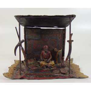 Escultura em petit bronze austríaco representando vendedor de tapetes , delicado trabalho de esmalte Áustria Séc XIX.- 18 cm de alt, 24 x 14 cm.