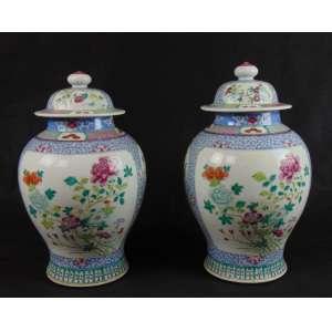 Par de importantes potiches de porcelana esmaltada da Cia das Índias decoração família Rosa China Séc XVIII - 40 cm de alt e 27 cm de diâm. Apresentam furos nas tampas e nas bases , fruto de adaptação para abajures.