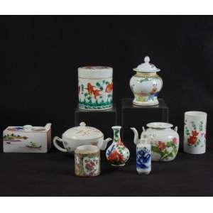 Coleção composta por 9 peças de porcelana esmaltada de forma e temas variados. China Séc XVIII / XIX / XX.
