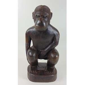 J.R.A - Escultura em madeira representando macaco - 50 cm de alt.