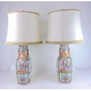 Par de abajures de porcelana família Verde rica esmaltagem , acompanha belas cúpulas .China Séc XIX. - 60 cm de alt e 22 de diâm.
