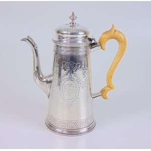 Bule em fina prata de lei contraste referente a cidade de Londres era vitoriana com bela pega em marfim . Inglaterra Séc XIX- 21 cm de alt.
