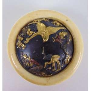 importante Netsuke de bronze delicadamente trabalhado em ouro e esmalte guarnecido por marfim . Japão Séc XIX - 4 cm de diâm. Coleção Mielenhausen