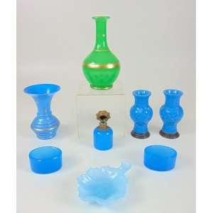 Lote de opalinas diversas sendo : Par de floreiros em opalina azul e prata - 13 cm de alt, vaso em opalina azul com 14 cm de alt, vaso em opalina verde com 19 cm de alt., perfumeiro em opalina azul com detalhes em bronze com 8 cm de alt e 5 de diâm, concha em opalina azul com 13 x 9 cm e par de saleiro e pimenteiro medindo 4 cm de alt e 7 de diâm.