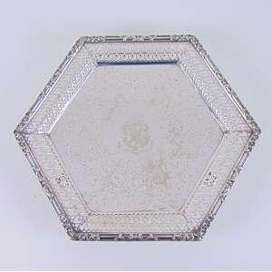 Salva sextavada espessurada á prata com primoroso trabalho. Europa Séc XIX.- 23 x 27 cm.