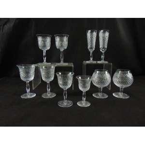 Jogo de taças de cristal finamente lapidado a mão com: 11 taças para champagne, 10 para vinho branco, 13 para vinho tinto, 11 para água, 12 para licor e 12 para conhaque.Manufatura Mooser . (12 COM PEQUENOS BICADOS)