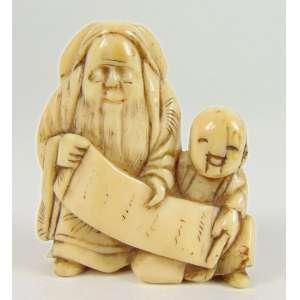 Netsuke de fino marfim esculpido representando Ancião com criança -Japão Sec XIX - 4 cm de alt. Coleção Mielenhausen