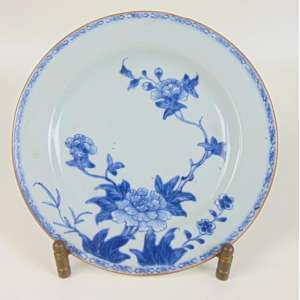 Prato de porcelana esmaltada decoração Blue and White .China Sec XVIII- 23 cm de diâm.