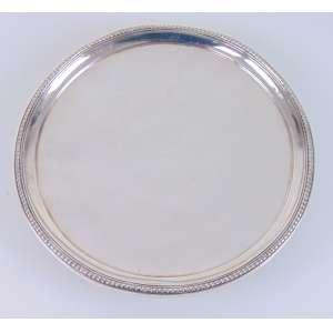 Salva de prata de lei com delicado trabalho perolado estilo e epoca D. Maria I . Brasil Séc XIX - 29 cm de diâm.