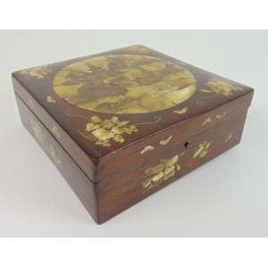 Caixa ricamente ornamentada - Japão - 9 cm de alt, 23 x 23 cm.