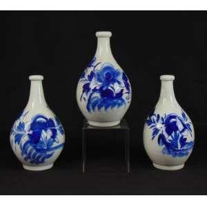 Lote com três garrafas de saquê em cerâmica esmaltada - Japão séc XIX - 27 cm de alt e 16 de diâm. Coleção Hans Helmut Steffens