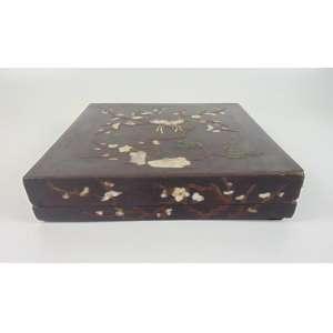 Caixa em madre pérola e laca -Japão Sec XIX. - 7 cm de alt, 32 x 32 cm.