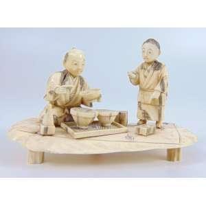 Okimono de marfim representando vendedor -Japão Sec XX- 6 cm de alt, 10 x 5 cm.