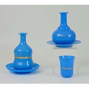 Lote com duas Moringas em opalina azul, uma sem copo - 20 cm de alt e 10 de diâm.