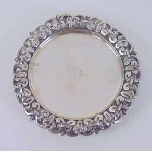 Salva de prata de lei ricamente trabalhada contraste L COROA e P COROA monogramas ao centro estilo Império .Portugal Séc XIX - 17 cm de diâmetro