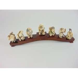 Delicado conjunto de esculturas de marfim policromado representando os 7 sábios .China Séc XX - 31 cm de comp, 5,5 cm de altura
