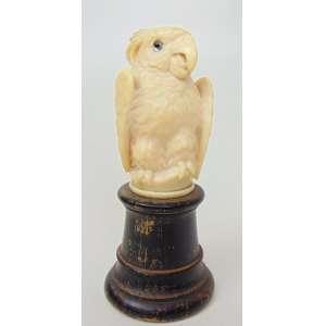 Escultura de marfim representando uma CACATUA finamente entalhado , sobre base de madeira ebanizada. Europa Séc XIX. 8 cm de alt.