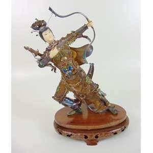 Escultura de marfim, e fina prata com esmalte representando Arqueira - Base de madeira - China Séc XX - 28 cm de altura.