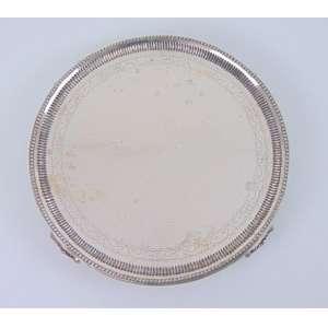 Grande salva de prata lisa com acabamentos em perolado e belíssimos pés estilo D. José I .época D.José I/D.Maria I. Brasil Séc XVIII/XIX - 35cm de diâmetro