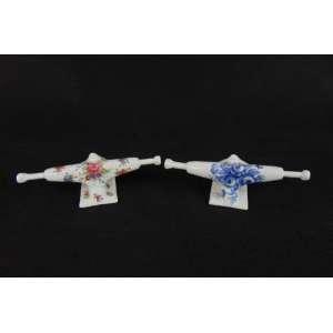 PIER STOCKOLM - S/T - Par de peças de Skate em porcelana com decoração floral - 7 x 18 x 7 cm cada