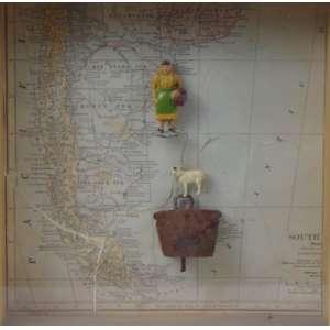 MARGARITA NORES - S/T - Mapa e sino rustico em metal e pequena esculturas de mulher e carneiro, montados em caixa de madeira e vidro - 25 x 25 x 5 cm.