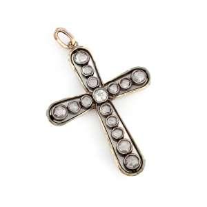 Crucifixo de ouro 14k e diamantes. Cerca de 6,7g e 4,5 x 3,5cm.