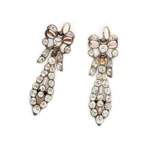 Par de elegantes brincos de prata de lei, ouro e cristais. Brasil séc XVIII/XIX. Cerca de 5,0cm.
