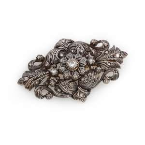 Broche de prata de lei e diamantes. Cerca de 5,0 x 3,0cm.