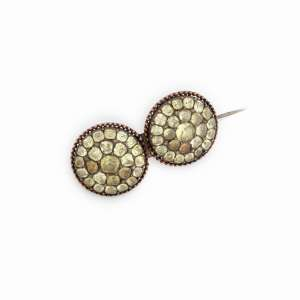 Broche de prata de lei, ouro e crisólitas. Brasil séc. XVIII/XIX. Cerca de 4,7cm.