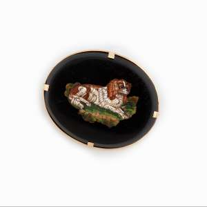 Broche de ouro 18k, onix e micro-mosaico representando cachorro. Cerca de 12,5g. Europa.