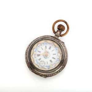 Relógio de bolso - Caixa de face aberta de prata 800/100. 44mm de diâmetro. Mostrador de porcelana. Movimento com corda e ajuste pela coroa (pin-set).