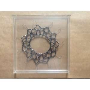 Nazareth Pacheco - Sem título - 1998 - Anzóis, cristais e fio de náilon acondicionados em caixa de acrílico - 22 x 22 cm (objeto); 25,5 x 25 x 3,2 cm (caixa)