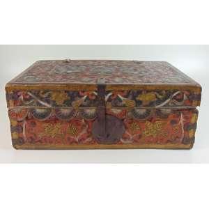Baú de madeira forrada por couro ricamente pirografado e policromado . Perú Sec XVIII/XIX - 2 cm de alt, 56 cm de comp, 36 cm de prof.