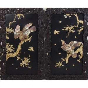 Par de painéis de madeira ebanizada ornamentados por aves concebidas em marfim e madre pérola - Japão séc.XIX - 105 X 62 cm. (No estado)