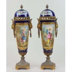 Elegante par de Ânforas de porcelana finamente esmaltada guarnecida por bronze ormolu decoração a maneira de Sevres. França Sec XIX - 45 cm de alt