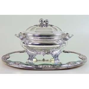 Elegante sopeira de prata de lei e seu respectivo presentoir de prata de lei prateiro Camusso - Perú Sec XX. - 25 cm alt, 36 X 23 - 53 X 40 cm.