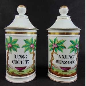 Par de potes de farmácia executados em fina porcelana com belo trabalho de esmaltagem - Europa sec. XIX - 27 cm de alt e 12 de diâmetro.