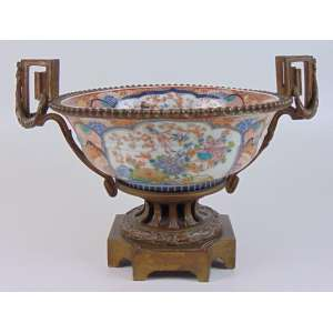Centro de mesa de porcelana esmaltada decoração Imari , ornamentada por bronze ormolu Japão/ França Sec XIX. Séc XIX - 28 cm alt, 32 diâm.