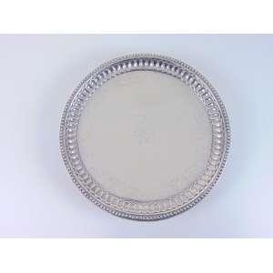 Salva em prata brasileira,cinzelada com guirlandas de flores. Diâm. 28,5 cm.