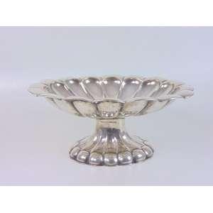 Grande centro de mesa em prata austro-húngara, todo cinzelado em gomos batidos a mão - 16 cm alt, 37 x 29 cm.