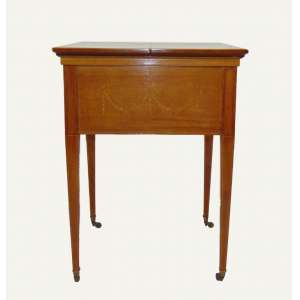 Móvel de movimento retrátil com função para bar de fina madeira marchetada e rodízios - Inglaterra Séc XX - 75 cm de alt, 57 x 59 cm. Aberta 110 x 59 cm.