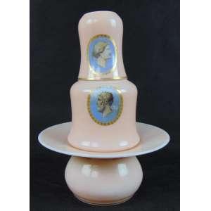 Conjunto de opalina 3 peças - garrafa - 19 cm de alt, copo 10 cm de alt - Escarradeira - 9 cm de alt.